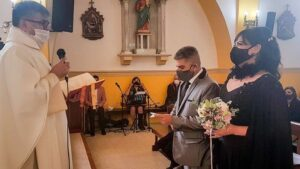 La Iglesia cuestionó a un cura que casó a una mujer trans con un hombre