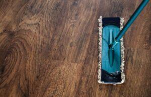 Lee más sobre el artículo LimpiezaEste es el mayor error que la mayoría de las personas cometen cuando están trapeando el piso